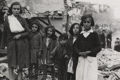 Familiares de las víctimas de los ataques del ejército franquista a Madrid. / MAYO (AGA)
