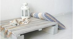 Home-Dzine - DIY small coastal-style table or make a bench or stack for higher surface. Love the rope trim. Pallet Crates, Wooden Pallets, Pallet Benches, Pallet Couch, Pallet Tables, Pallet Bar, Outdoor Pallet, 1001 Pallets, Recycled Pallets