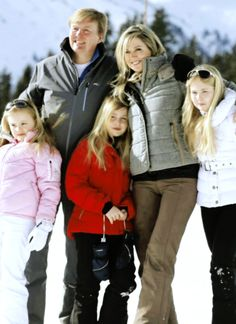 koninklijkhuis:  Dutch photoshoot in Lech, Austria, February 23, 2015-King Willem-Alexander and Queen Maxima with Princess Ariane, Alexia and Amalia