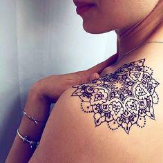 Tatouage sur le haut de l'épaule