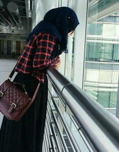 Find images and videos about fashion, style and hijab on We Heart It - the app to get lost in what you love. Muslim Women Fashion, Islamic Fashion, Casual Hijab Outfit, Hijab Chic, Hijabi Girl, Girl Hijab, Street Hijab Fashion, Fashion Outfits, Islamic Girl