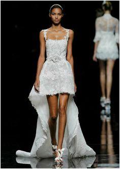 Vestido de novia con caída asimétrica y cola, de Pronovias 2013. Foto: Pronovias