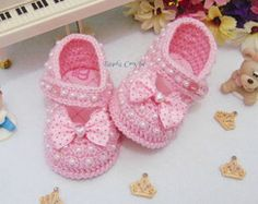 Easy Baby Booties to Crochet Crochet Pig, Crochet Baby Boots, Booties Crochet, Baby Girl Crochet, Crochet Shoes, Crochet For Kids, Baby Booties, Easy Crochet, Diy Crafts Crochet