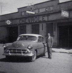 Nesta foto aparce o senhor  Dimas José da Silva ao lado do seu Chevrolet 1953 SHOWROOM IMAGENS DO PASSADO resgatando histórias