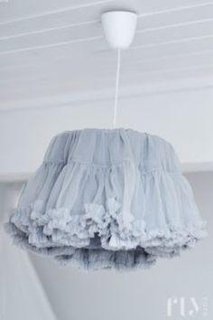 Kreatív lámpa: szoknyába bújtatva