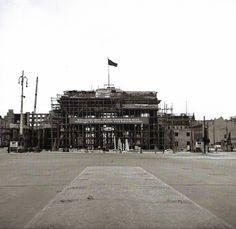 Ernst Hahn, Berlin, Brandenburger Tor für die Sanierung eingerüstet, 1950.