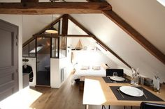 En Normandie, au dernier étage d'une maison en pierre, découvrez ce studio de 32 m² aménagé sous les combles. Poutres apparentes, verrière et déco à la fois néo-industrielle et marine en font un petit espace unique.
