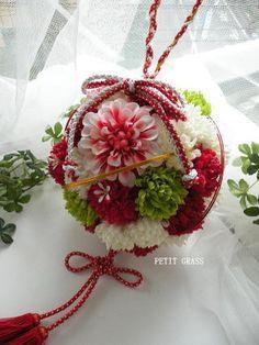 結婚式和装・前撮りから使える「和のボールブーケ」 |結婚式準備はOK?小物花選びをサポート・和装ブーケ・髪飾り・ブライダルブーケのwebshop PETIT GRASS(プティグラス) Fall Bouquets, Wedding Bouquets, Wedding Flowers, Wedding Flower Arrangements, Floral Arrangements, Japanese Wedding, Flower Bowl, Table Flowers, Artificial Flowers