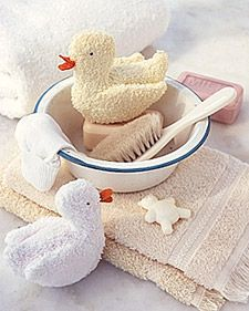Rubber duckies get all the attention -- but a washcloth duck can really make bath time fun for your baby. Template is available online under Martha Stewart Crafts for kids Sewing For Kids, Baby Sewing, Sewing Kit, Baby Crafts, Crafts For Kids, Sewing Crafts, Sewing Projects, Baby Accessoires, Baby Washcloth