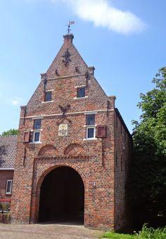 Poortgebouw van de in 1810 afgebroken Asingaborg te Ulrum, provincie Groningen.  De oorspronkelijke heerd was van voor 1400. (Sanne Meijer)