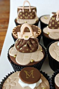 How awesome are these cupcakes! Louis Vuitton Cupcakes by Isa Herzog Mini Cakes, Cupcake Cakes, Cupcake Toppers, Shoe Cakes, Cupcake Art, Cupcakes Decorados, Beautiful Cupcakes, Yummy Cupcakes, Purse Cupcakes