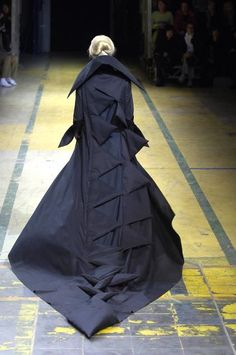 Yohji Yamamoto - Spring / Summer 2006 - Ready-to-Wear - Runway Collection - Women Yoji Yamamoto, Fashion Photography Inspiration, Japanese Outfits, Barbie, Future Fashion, Dark Fashion, Glamour, Alternative Fashion, Spring Fashion