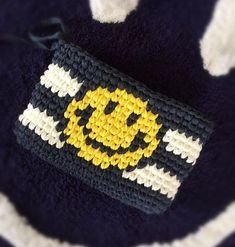 はい、可愛い✨試作だから編み目も形も悪いけどwスマイルくん編み込んでみました♡バッグに編み込んでみようかな❤️ . . . . #ニットクラッチ#マルシェバッグ#スマイル#ニコちゃん#ボーダー#可愛い#人気#流行#オシャレ#アメリカン#ハワイアン#デニムコーデ#ファッション#ロンハーマン#コーディネート#西海岸#コーデ