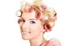 Velcro rollers are a great styling tool for boosting volume and setting loose curls while keeping frizz to a minimum. Velcro rollers vary in size, stick to the hair without pins and are fairly gentle to hair if used correctly. Curlers For Short Hair, How To Use Curlers, Velcro Rollers, Hot Rollers, Roller Curls, Roll Hairstyle, Hairstyle Ideas, Corte Y Color, Bobe