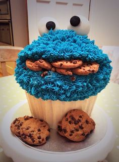 Giant Cookie Monster cupcake This is Awesome Large Cupcake Cakes, Cupcake Torte, Big Cupcake, Giant Cupcakes, Cupcake Cookies, Ladybug Cupcakes, Kitty Cupcakes, Snowman Cupcakes, Giant Cupcake Recipes