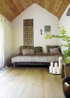 Great idea - turn a living room sofa during the day into a bedroom queen size bed at night. Only difference, throw pillows. Living Room Sofa, Living Room Decor, Meditation Room Decor, Zen Meditation, Basement Guest Rooms, Queen Beds, Small Living, Modern Living, House Design