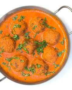 These potato balls in curry sauce are vegan, gluten-free and taste really spicy and aromatic. A great Indian dish for at home! These potato balls in curry sauce are vegan, gluten-free and taste really spicy and aromatic. A great Indian dish for at home! Pizza Recipes, Veggie Recipes, Indian Food Recipes, Beef Recipes, Dinner Recipes, Indian Snacks, Vegan Vegetarian, Vegetarian Recipes, Healthy Recipes