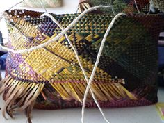 I love how her work is both traditional mahi and contemporary art Flax Weaving, Basket Weaving, Traditional Baskets, Maori Art, Kite, Purses And Bags, Weave, Contemporary Art, Wallets