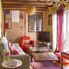 A charming attic with a mixture of Bohemian and feminine flair is located in the center of Paris.