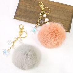Diy Bag Charm, Fur Keychain, Keychains, Pom Pom Bag Charm, Diy Tassel, Tassels, Fur Accessories, Thread Art, Fur Pom Pom