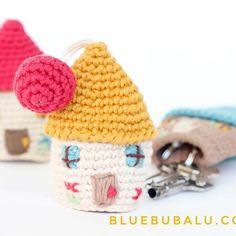 ¿Quieres hacer estas casitas guardallaves? Pues ya tienes a la venta en nuestra #tiendaonline el kit completo, con todos los materiales y el patrón para que puedas hacer las tuyas. Las unidades son limitadas. No te quedes sin la tuya. . Feliz día!! . #bluebubalu #amigurumi #crochet #crochetersofinstagram #tejebonito #color #home #happy #picoftheday