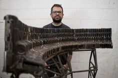 Pedro Reyes es un artista originario de la ciudad de México quien utiliza las armas decomisadas a los grupos de narcotraficantes en el país para convertirlas en instrumentos musicales.