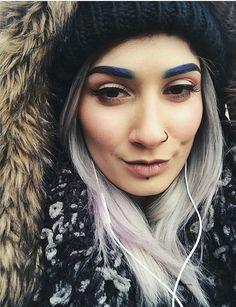 модный тренлд - яркие цветные брови при нейтральном макияже и цвете волос