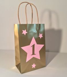 Items similar to Custom Twinkle Twinkle Little Star Party Favor Bag / Birthday / Baby Shower / Pink and Gold/ Silver/ Custome on Etsy Girl Birthday Themes, Birthday Favors, 1st Birthday Parties, Birthday Invitations, Birthday Ideas, Twinkle Twinkle Little Star Decorations, Twinkle Star Party, Decorated Gift Bags, Star Baby Showers
