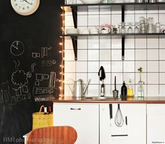 Yksityiskohdilla, kuten led-valoilla ja liitutaululla voi luoda persoonallisen keittiön. Täällä asuu: Suklaamarenki #keittiö #led #liitutaulu #styleroom #välitila #inspiroivakoti Double Vanity, Led, Bathroom, Kitchen Inspiration, Home, Washroom, Full Bath, Ad Home, Homes