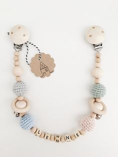 Individually designed car chain with names. The chain best . Die Kette besteht aus verschieden… Individually designed car chain with names. The chain consists of different … - Newborn Toys, Newborn Gifts, Baby Gifts, Wooden Necklace, Name Necklace, Baby Accessoires, Dummy Clips, Baby Teethers, Luxury Jewelry
