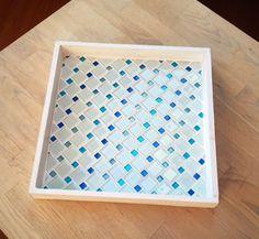 Wit dienblad met wit en blauw glas mozaiek van Laura Leon Mosaics op DaWanda.com