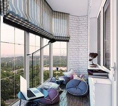 Французское окно на балконе с кирпичной кладкой