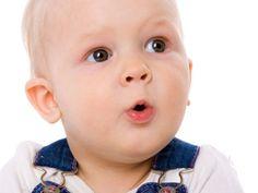 So lernen Babys sprechen | Babys kommunizieren mit ihren Eltern von Anfang an. Trotzdem ist es ein echter Höhepunkt, wenn ein Baby die ersten verständlichen Worte spricht. Der Weg dahin ist weit. Unsere Tabelle gibt einen Überblick über die einzelnen Phasen des Sprechenlernens.