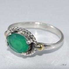 Naturalny agat zielony, został oprawiony w srebro próby 925 oraz ozdobiony elementami połyskującego złotem mosiądzu.