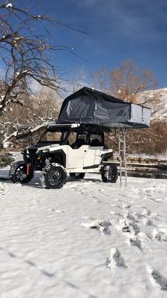 In case you haven't had a thrilling weekend journey for a very long time, plan a camp with a roof tent. Quite a lot of Australian companies stock stur. Diy Roof Top Tent, Diy Tent, Top Tents, Roof Rack Tent, Camping Hacks, Camper Trailer Tent, Polaris General, Hors Route, A Frame Tent