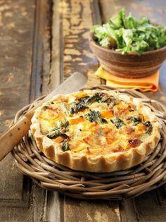 Pumpkin tart with spinach and blue cheese Greek Recipes, Pie Recipes, Dessert Recipes, Cooking Recipes, Healthy Recipes, Savoury Baking, Savoury Dishes, Parmesan, Pumpkin Tarts