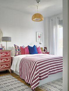 Dormitorio con ropa de cama y muebles de colores