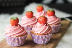 Botercrème is toch wel een dingetje. Ik heb heel lang niét het juiste recept kunnen vinden en precies toen ik bezig was met deze blog op te starten, vond ik 'm. Ik heb een aantal 'eisen… Cupcake Toppings, Cupcake Recipes, Snack Recipes, Dessert Recipes, No Bake Desserts, Delicious Desserts, Yummy Food, Fondant Cupcakes, Cupcake Cakes