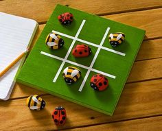 rock crafts tic tac toe board games – – click thru for the full DIY from - ROCK ART Rock Crafts, Crafts To Sell, Diy Crafts, Art For Kids, Crafts For Kids, Tic Tac Toe Game, Tic Toe, Outdoor Crafts, Bee Art