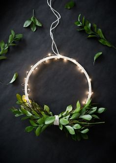 DIY Wireless Twinkle Wreath (The Uncommon Common Law) Une couronne minimaliste illuminée 🌟Tante S!fr@ loves this pin🌟 DIY Wireless Twinkle Wreath It& the day after Halloween and we are already getting ready for Christmas! Diy Christmas Lights, Noel Christmas, Christmas Crafts, Christmas Decorations, Holiday Decor, Modern Christmas Decor, Halloween Christmas, Christmas Wedding, Holiday Parties