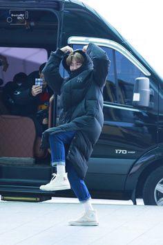 EXO's Suho surprises reporters by suddenly rolling on the ground at the airport - EXO - Info Korea Baekhyun, Park Chanyeol, Kris Wu, Exo Ot12, Chanbaek, Shinee, Chen, Kim Joon Myeon, Exo Lockscreen