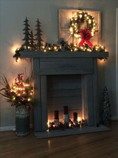 99 Inspiring Rustic Christmas Fireplace Ideas to Makes Your Home Warmer Christmas Frames, Christmas Mantels, Noel Christmas, Rustic Christmas, Christmas Lights, Christmas Fireplace Decorations, Vintage Christmas, Magical Christmas, Silver Christmas