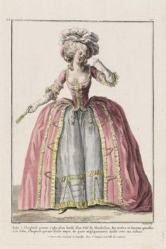 Robe à l'Anglaise garnie à plis plats bordé d'un frisé de Mousseline, des tresses et boutons pareilles à la Robe; Chapeau garnie d'une toque de gaze négligemment ajusté avec un ruban.
