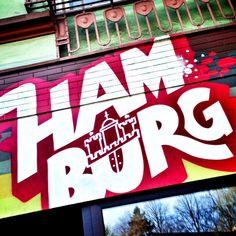 """Heute wird es mal wieder bunt auf Typisch Hamburch! Nachdem ich im Februar durch das Schanzenviertel auf Street Art Tour war, ist dieses Mal eine Street Art Tour durch St. Pauli angesagt. Bekannt durch seinen Fußballclub """"FC St. Pauli"""" hat das Viertel auch viele wunderschöne Straßengemälde zu bieten, die ich Euch jetzt gerne zeigen möchte."""