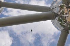 Bruxelles en équilibre !  Vous pouvez encore voir ces incroyables highliners ce 20 mai 2012 à l'Atomium, ils sont formidables   http://mpmag.be/activites/latomium-accueille-la-highline/   Copyright Alexandra Hermanus