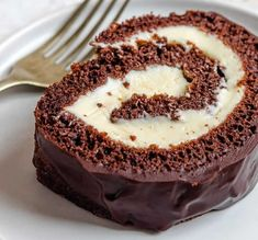 This easy Chocolate Swiss Roll Cake has a light sponge, creamy filling, and coated with a silky ganache. It will be the star of the show while entertaining! Chocolate Swiss Roll, Chocolate Roll Cake, Chocolate Cream, Chocolate Chips, Cake Recipes Step By Step, Cake Roll Recipes, Desserts Menu, Dessert Recipes, Italian Desserts