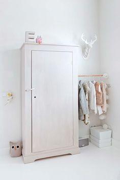 14-kledingkast-meisjeskamer stok tussen kast en muur voor kleren voor de volgende dag