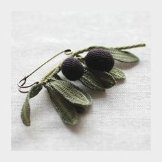 beautiful knitted and crocheted jewellery by a Japanese artisan using knitting needles and crochet hooks as thin as 0.4 millimetres and size 80 dmc yarns that she dyes herself.  http://jungjung.jp/ (j)