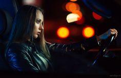Portrait in low-key girl in the car. Девушка в машине.