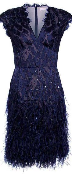 Dantel, transparan ve tüy gibi trend ayrıntıları bir arada kullanarak şık bir gece elbisesi oluşturabilirsiniz...
